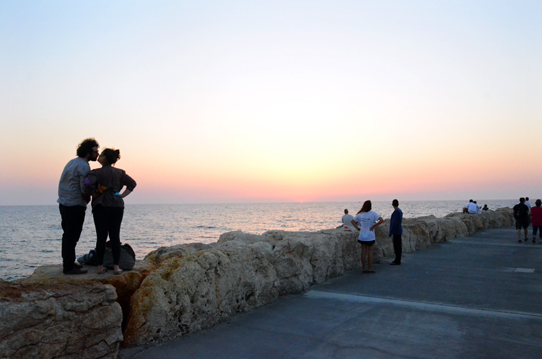 Couple-kissing-Harbor-of-Tel-Aviv