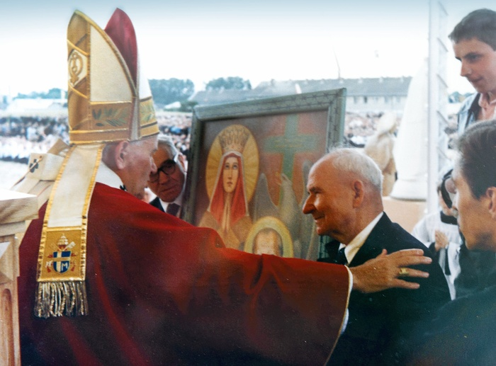 Francis Gajowniczek meeting the pope in 1983
